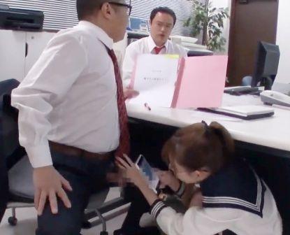 エッチな制服娘はおじさんチンポ大好き♡職員室のデスクに隠れて中年教師にこっそり小悪魔フェラ♡