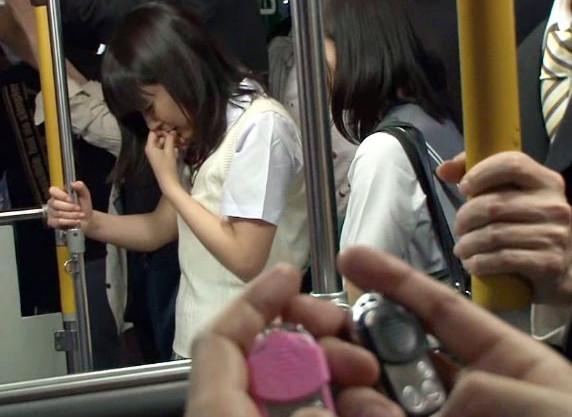 満員バス車内で痴漢男にイタズラされる制服娘!羞恥悶絶するマンコとアナルにねじ込まれ友達の前で2穴ファック!