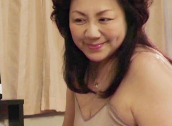62歳の完熟爆乳ボディに勃起が止まらないww上京してきた叔母さんに欲情する甥っ子が辛抱たまらず寝取り近親相姦!