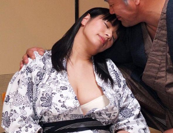 2人きりの温泉旅行でまんまと犯される若奥さん…町内会長の罠にかかって巨乳ボディを寝取られ調教