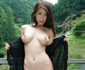 ◆篠田あゆみ◆自然豊かな山道ですっ裸になる巨乳奥さん♡よそのチンポを野外で咥えてねっとり羞恥露出フェラ♡