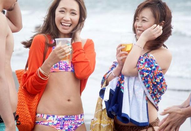 【海ナンパ】ビーチで見つけたビキニお姉さん2人ゲット!ツイスターゲームでエロ気分を高めたら即ハメ乱交スタート!