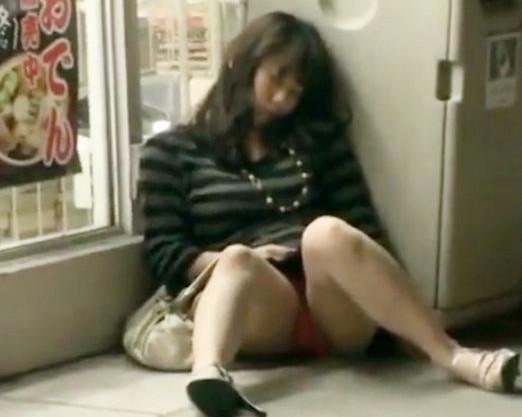 ぐでんぐでんに酔い潰れたお姉さんを街中で発見wwさっそく拉致って昏睡マンコにチンポ即ハメで犯しまくる鬼畜男ども!