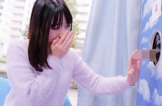 【MM号】壁の中からチンポがニョッキリwwカップル彼女が彼氏を当てるエロゲームで見知らぬ男に中出しされるww