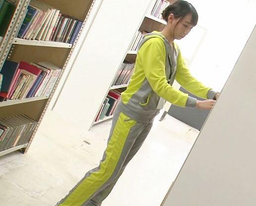 スポーツウェアの図書館司書お姉さんを痴漢男が襲撃!キッズルームへ連れ込まれて問答無用の即ハメで犯されまくる!