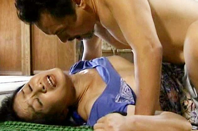 〈ヘンリー塚本〉激しい性欲に駆られて自慰にふける熟女♡色気あふれる痴態に興奮する娘婿が辛抱たまらず襲いかかる!