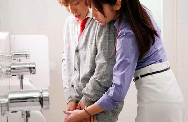 ドスケベ女教師が電車内で男子生徒に忍び寄り手コキ抜き逆痴漢ww学校のトイレでチンポを咥えて濃厚フェラ抜き!