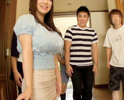 ◆優月まりな◆ドスケベ爆乳女優さんが父子家庭の一日ママさん体験♡エロボディに興奮する家族たちを優しく性処理♡