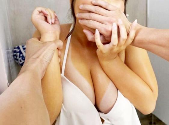 【主観VR】海の家のシャワーで日焼けビキニお姉さんを襲撃!無理やり口を塞いで巨乳ボディを犯しまくる鬼畜男!