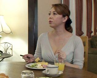 寂しいマンコをオナニーで慰める欲求不満な奥さん… その痴態をのぞき見するマザコン息子が辛抱たまらず襲いかかる!