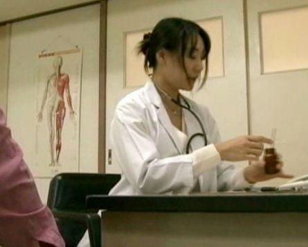 【ヘンリー塚本】泌尿器肛門科の女医さんが男性患者と即ハメセックス!淫欲たぎるマンコを濡らして騎乗位で腰を振る!
