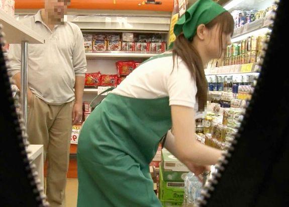 スーパーで見つけたパート奥さんの前でチンポ丸出しww発情しちゃってバックヤードで即ハメ開始!