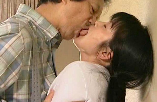 【ヘンリー塚本】ねっとり舌を絡めあう男と女… 唾液したたる濃厚ベロチューで体液を混ぜあわせながら悶絶する♡