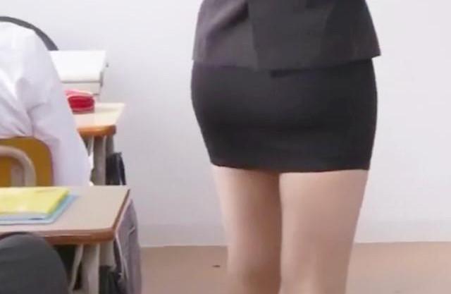 ◆三上悠亜◆若くて美人な女教師のエロ巨乳ボディに思春期生徒が欲情… 教室で襲いかかり集団で容赦なく犯しまくる!