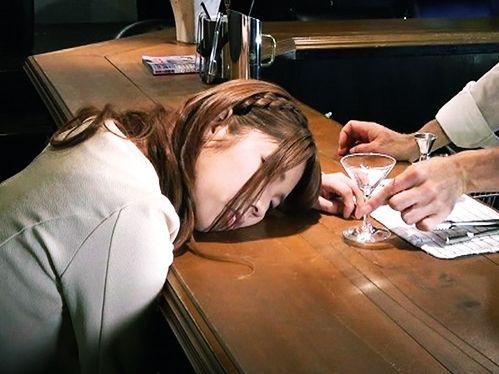 こっそり睡眠薬を仕込まれてぐっすり眠るバーの女性客… チンポをねじ込み昏睡セックスで膣内射精する鬼畜マスター!