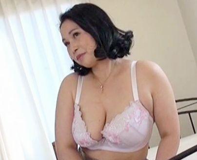 47歳のむっちり奥さんはオナニー三昧の絶倫おばさん♡激しい性欲を抑えられず熟年ボディを疼かせて初撮りデビュー♡
