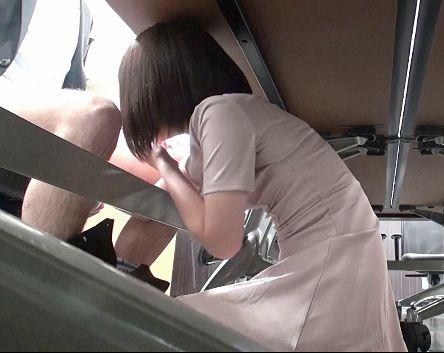 セクシー女優が素人男性にドッキリフェラwwオフィスのデスクの下からひょっこり現れていきなりチンポを咥え始める♡