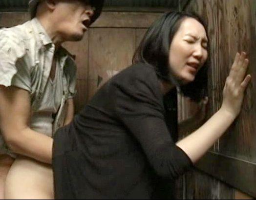 【ヘンリー塚本】山中の公衆トイレに変態おばさん出現ww小汚いおじさんと即ハメセックスしてお掃除フェラご奉仕♡