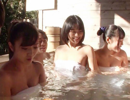 3組の仲良し親子たちが集まって混浴体験♡ママの巨乳おっぱいで盛った息子チンポとそのままお風呂で近親SEX開始♡