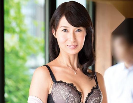 友達のお母さんは色気あふれるスレンダー美女♡43歳の熟れたカラダに辛抱たまらず若チンポ即ハメして不倫セックス♡