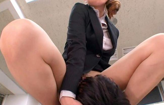 部下に厳しい女部長がダメ社員にノーパンパンスト顔面騎乗wwちんぐり返しで跨ってオフィスでお仕置きセックス♡