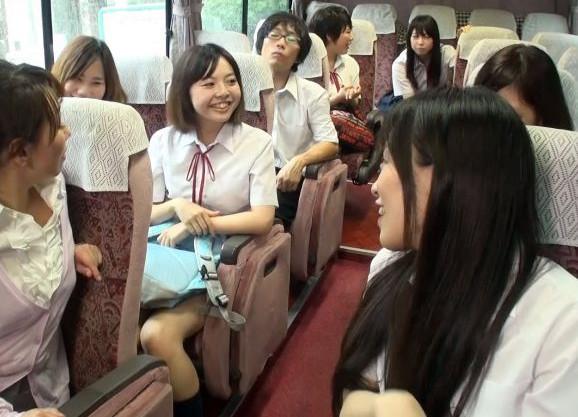 修学旅行で男子はまさかの自分だけwwハーレム状態のバス車内で即フェラされてどっぷり口内射精で搾り取られる♡