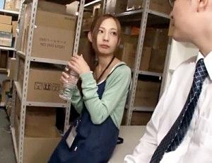 セクハラ目当てで採用した新人従業員に媚薬投入ww発情マンコに即ハメ挿入して会社の倉庫で犯しまくる鬼畜上司!