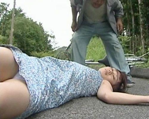 〈ヘンリー塚本監修〉山道を自転車で走る女を襲って拉致する鬼畜男。山奥で好き放題に犯したらその場にポイ捨て逃走…