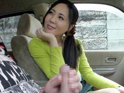 求人募集でやってきたエロ奥さんが車内でセンズリ鑑賞ww勃起チンポを前に我慢できず手コキやフェラでオナサポ開始♡