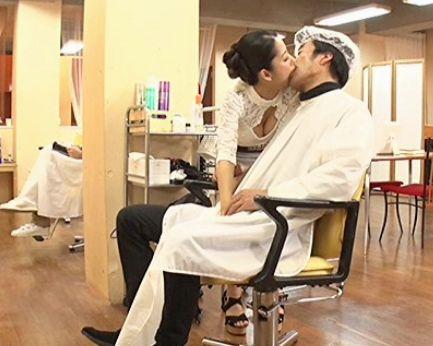 ビッチすぎる美容師お姉さんが男性客を誘惑ベロチュー♡チンポをまさぐって店にナイショでこっそり即ハメセックスww