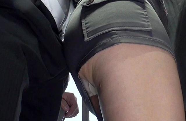 バス車内で股間にプリ尻スリスリしてくるドスケベ奥さんww辛抱たまらずフル勃起チンポをねじ込んで即ハメで犯す!