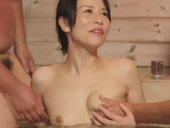 ◆井上綾子◆四十路マンコを疼かせて見知らぬ男と即ハメww人妻女優さんが露天風呂でチンポに挟まれて3P乱交♡