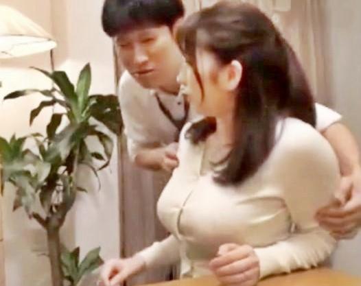 むっちり爆乳奥さんを夫の部下が襲って中出しセックス♡自宅のベッドで犯されて種付けされる姿を旦那がのぞき見ww