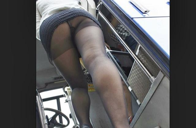 むっちり脚の黒パンストお姉さんが思春期男子のチンポに発情wwバス車内なのに淫欲むき出しで逆痴漢セックス開始♡