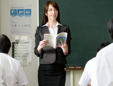 ドスケベ女教師が生徒にイタズラされて授業中なのに悶絶ww男子トイレでフェラして職員室でこっそり即ハメセックス♡