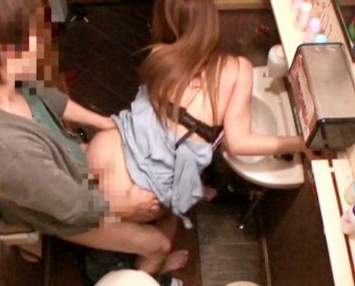 テーブル席で隣のお姉さんにこっそりイタズラwwそのまま店内トイレでの即フェラから声を抑えてガチハメ開始♡