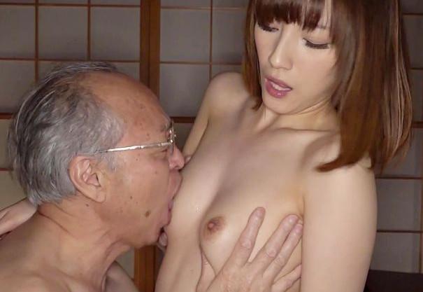 性欲旺盛ジイサンが息子の嫁のエロボディに年甲斐もなく興奮ww体中にむしゃぶりついて即ハメセックスで犯しまくる