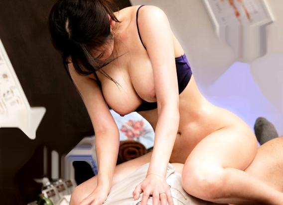 奥まで入ってる…!膣の奥深くまで肉棒を突きさし快楽に悶える巨乳奥さん。旦那に内緒で浮気チンポで膣イキする